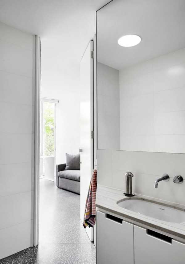 minimalist-bathroom-with-convenient-cabinets